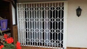 geschlossenes Scherengitter Balkon