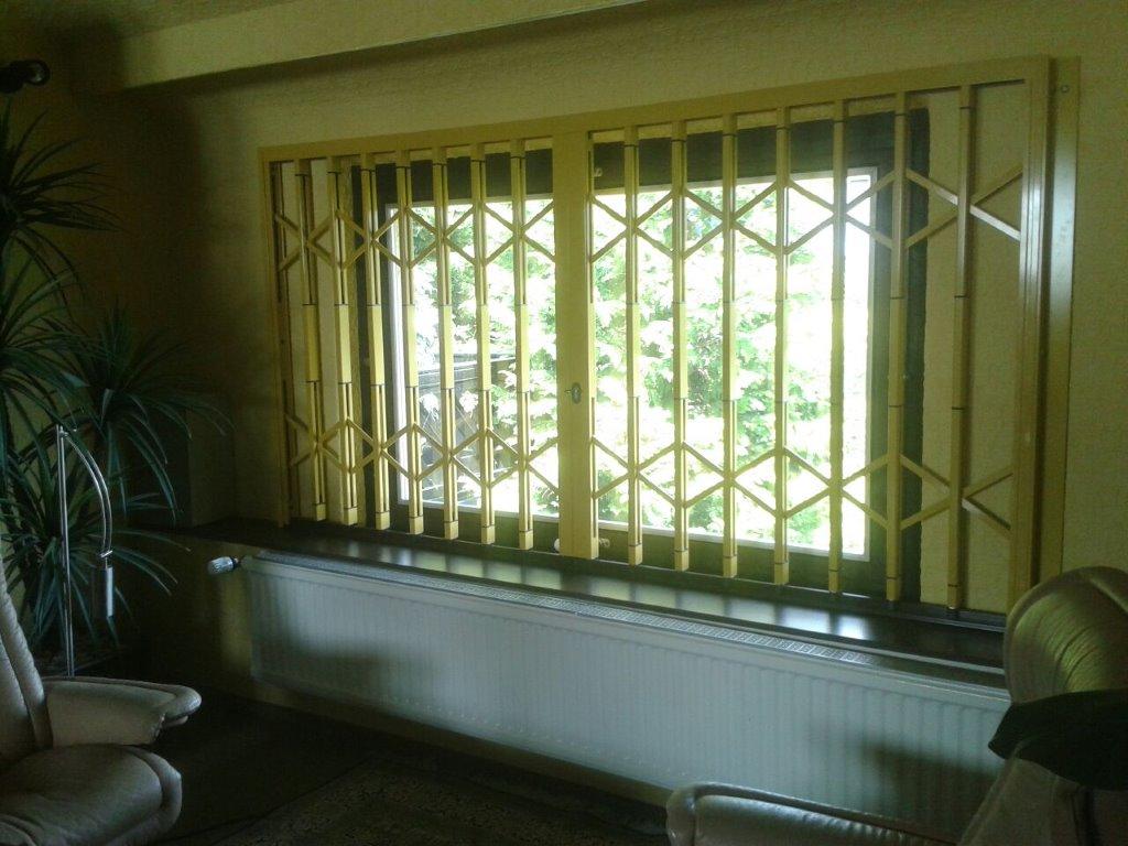 Innengitter hinter Schwingfenster ein einem Wohnzimmer