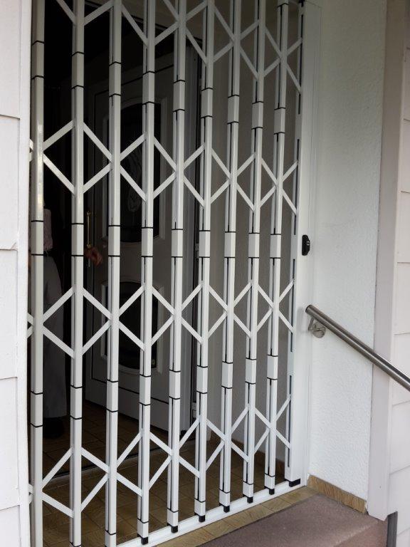 Scherengitter vor Eingangstüre gegen Einbruch