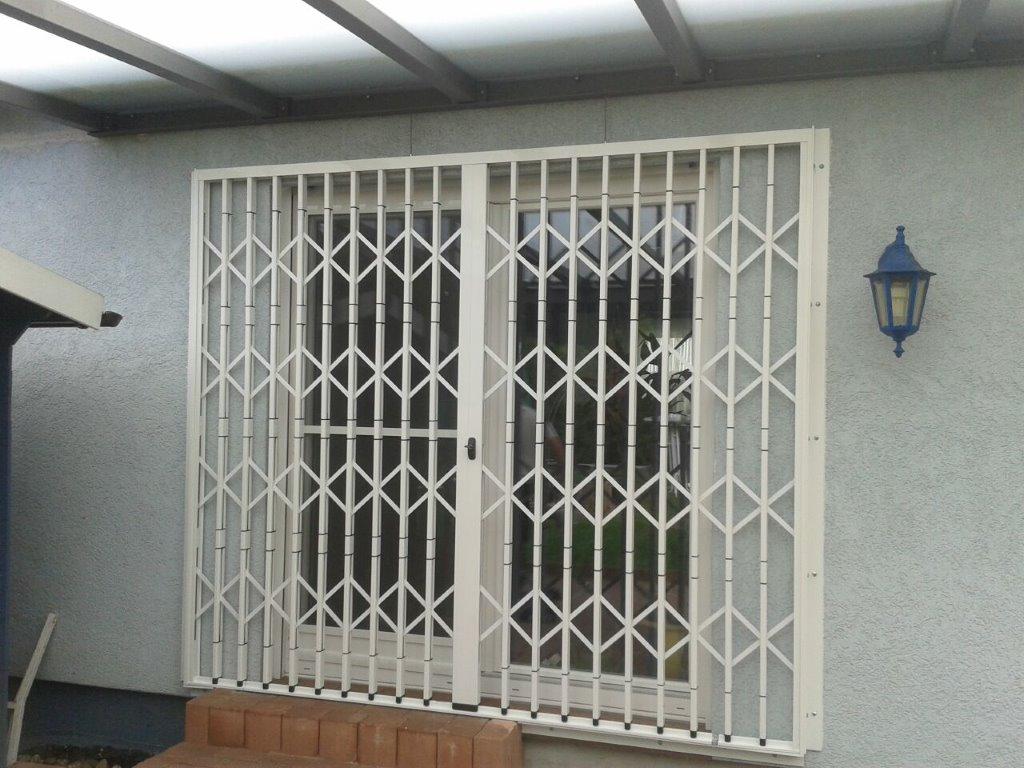 Scherengitter geschlossen an Doppeltüren
