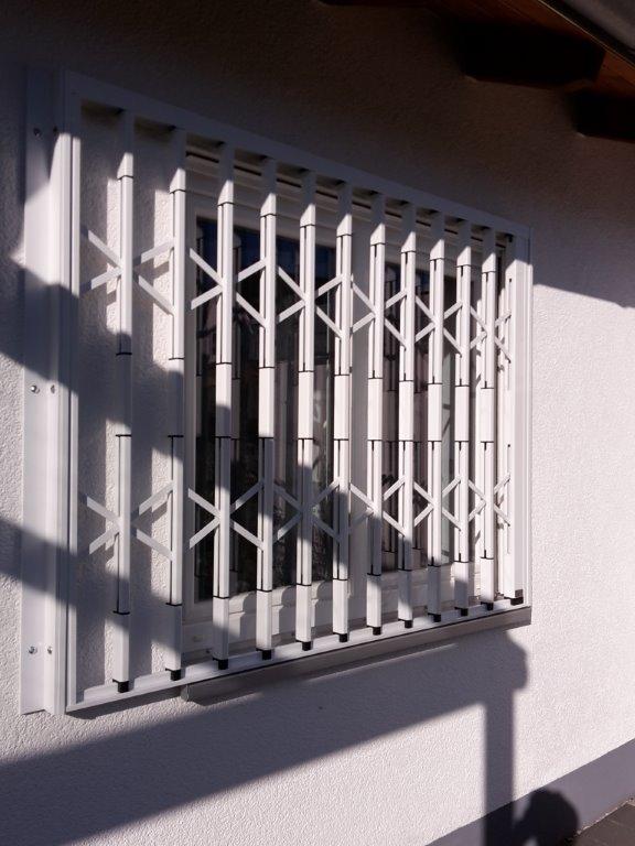 Scherengitter an Doppelfenster