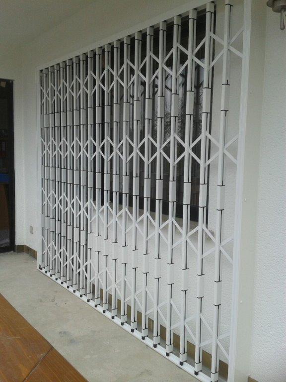 Scherengitter vor Schlafzimmerfenster + Balkontüre
