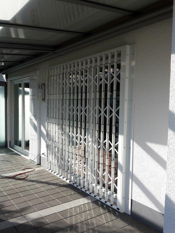 Scherengitter an Gebäude Rückfront