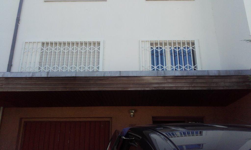 Scherengitter vor Wohnzimmer Fenster + Küchenfenster