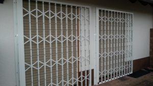 Balkontür geschützt durch Scherengitter