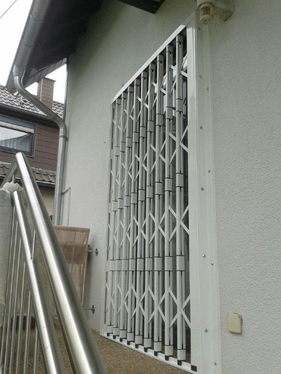 Geschlossenes Scherengitter vor Balkontür Heusweiler